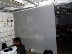 スクリーンの裏側、反対側が客席。投射は裏面から行われました。