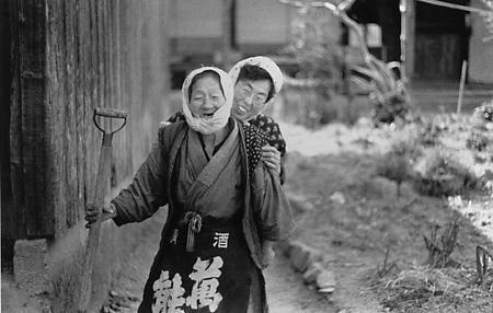 『宮本常一 写真・日記集成』上巻より〈「杉山のバアさん」と妻アサ子〉(178頁)