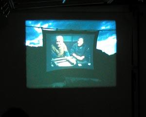 「阿賀の記憶」では「阿賀に生きる」での主人公・長谷川さんの田んぼの真ん中にスクリーンを張り、「阿賀に生きる」を上映するシーンを撮影したシーンが上映されるというself projectionが折り込まれている。