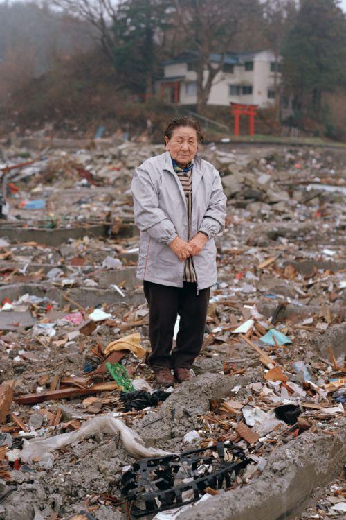 2011年4月23日 岩手県宮古市田老田中「震災を思い出すので、直後はなかなか自分の家に戻ることができなかった」自宅跡に探し物をしに来た女性です。高価な物ではなくても、自分にとって大切な物を探す方々と対面すると、物に対する人の価値観を改めて考え直します。