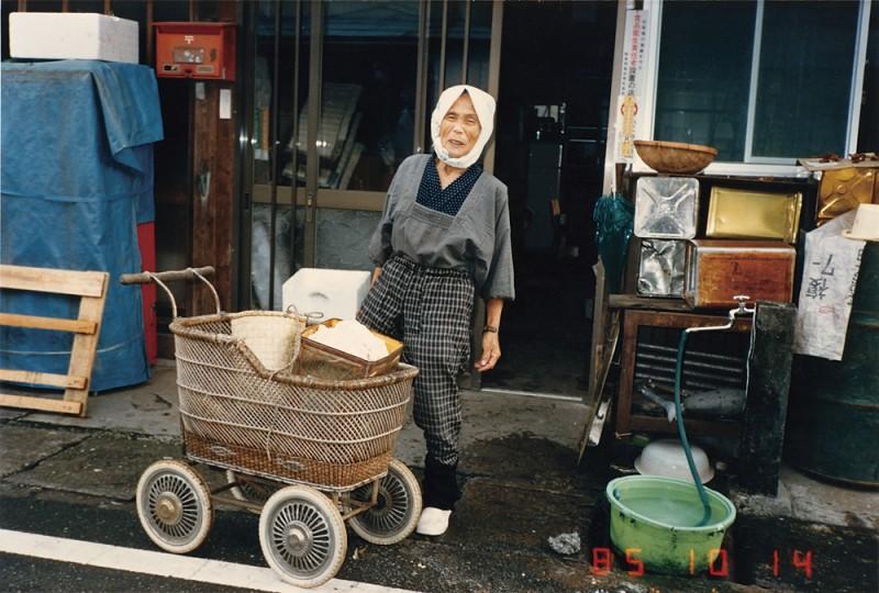 本郷の豆腐屋さん。「ターできたてやが、おから持って行かんか。具を入れるとうまいど」。 1985年10月14日