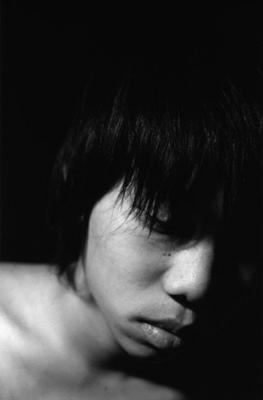 03 中村早「笑う月」 ゼラチンシルバープリント/ed.7 image size:320×490mm paper size:457×560mm