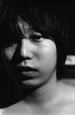 04 中村早「笑う月」 ゼラチンシルバープリント/ed.7 image size:320×490mm paper size:457×560mm