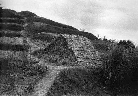 『宮本常一 写真・日記集成』上巻より〈城山へ登る道ばたの畑小屋。まだ桑畑がある〉(171頁)
