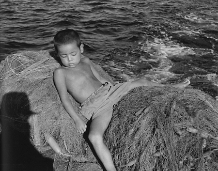 『宮本常一 写真・日記集成』上巻より〈見島・宇津・魚網の上〉(339頁)
