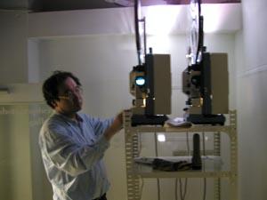 すべてオート機能の最新映写機にとまどう佐藤監督。