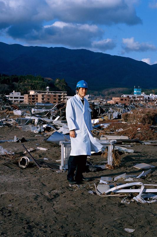 2011年4月16日 岩手県陸前高田市高田町 「仕事の合間に見に来ました」 北海道から救援のために派遣されてきたお医者さんです。震災以前に来たこたがあった、岩手県立陸前高田病院がガタガタになった姿を見て、呆然とされてました。 16/4/2011 岩手縣陸前高田市高田町 「用工作的空檔時間過來看看。」 這位男生從北海道派被派遣到這裡,做救援的工作。他看到地震前來過的岩手縣立高田醫院現已被損毀的樣子,在那裡發呆著。