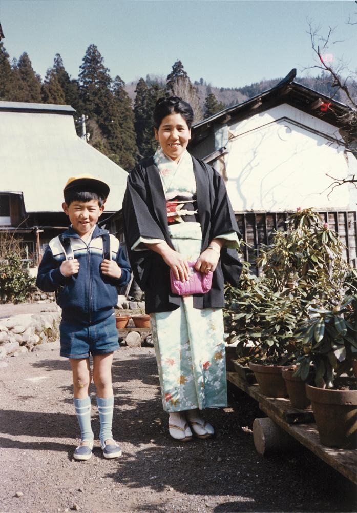 入学式。中西清くんのピカピカの一年生。お母さんも。1982年4月6日
