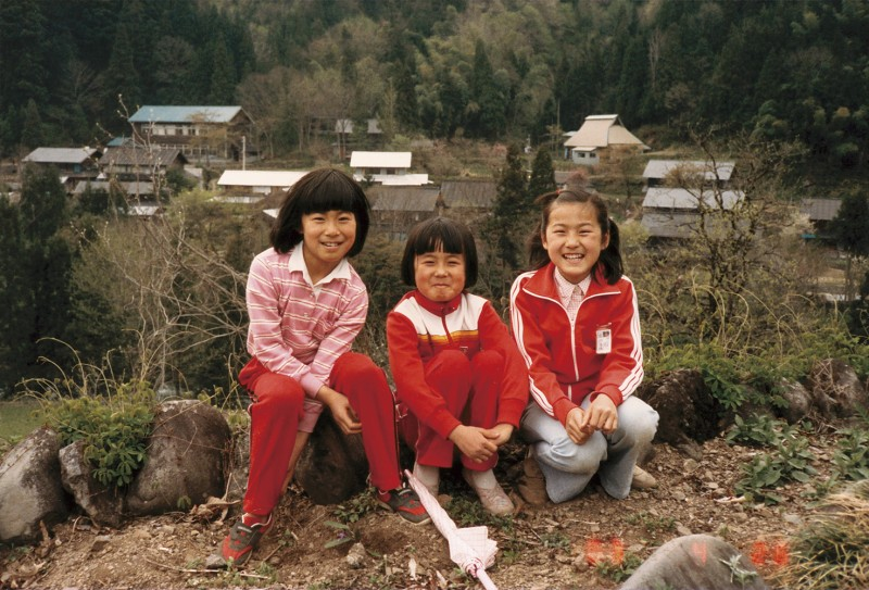 遠足。子供たちはいつ見ても明るくてうれしいなー。町に出てもしっかり頑張れよ。夢と希望を失わんようになー。みほちゃん、あゆみちゃん、さとみちゃん。四年生。1983年4月26日