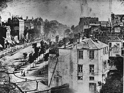 L. J. M. Daguerre, « Vue du boulevard du Temple », 1839, Michel Frizot (sous la dir. de), Nouvelle histoire de la photographie, Paris, Larousse, 2001, p. 28.